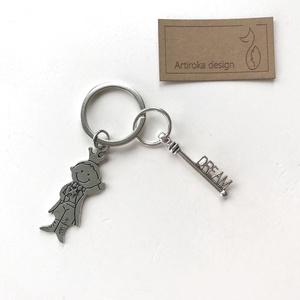 Exupery, a kis herceg  mintás egyedi kulcstartó egy dream, azaz álom kulcs dísszel - Artiroka design, Otthon & lakás, Táska, Divat & Szépség, Kulcstartó, táskadísz, Férfiaknak, Varrás, Exupery, A kis herceg mintás medálból és egy vintage kulcsból készült ez az egyedi kulcstartó. \n____..., Meska