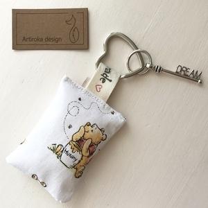Micimackó mintás kulcstartó, vintage kulcs  díszítéssel - Artiroka design, Táska & Tok, Kulcstartó & Táskadísz, Kulcstartó, Varrás, Újrahasznosított alapanyagból készült termékek, Micimackó mintás, prémium pamut textilből készült ez a kulcstartó. A kulcstartót egy kis vintage álo..., Meska