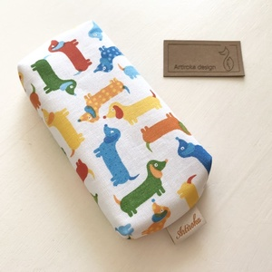 Színes tacskó mintás bélelt papírzsebkendő tartó - Artiroka design, Zsebkendőtartó, Tárolás & Rendszerezés, Otthon & Lakás, Varrás, Prémium pamut textilből készült ez a tacskó mintás papírzsebkendő tartó. Bélése hozzá illő  türkiz p..., Meska