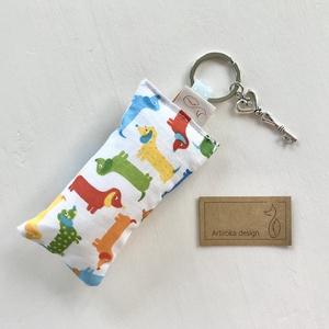 Tacskó kutya mintás kulcstartó, vintage kulcs  díszítéssel - Artiroka design, Táska, Divat & Szépség, Kulcstartó, táskadísz, Ékszer, Medál, Varrás, Újrahasznosított alapanyagból készült termékek, Tacskó kutya mintás, prémium pamut textilből készült ez a kulcstartó. A kulcstartót egy kis vintage ..., Meska