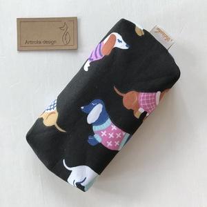 Fekete tacskó kutya  mintás bélelt papírzsebkendő tartó - Artiroka design, Táska & Tok, Pénztárca & Más tok, Zsebkendőtartó, Varrás, Pamut textilből készült ez a fekete, tacskó kutya  mintás papírzsebkendő tartó. Bélése hozzá illő  f..., Meska