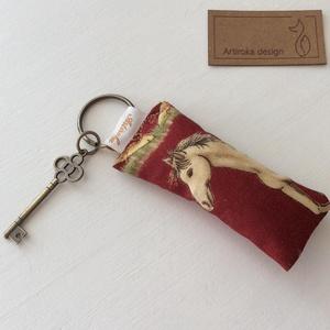 Ló mintás kulcstartó - Artiroka design, Táska & Tok, Kulcstartó & Táskadísz, Kulcstartó, Varrás, Hímzés, Ló mintás prémium pamut textilből készült ez a kulcstartó. A kulcstartót egy kis vintage kulcs díszí..., Meska