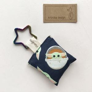 AKCIÓ - Baby Yoda mintás prémium kulcstartó  csillag kulcskarikával   - Star Wars  - Artiroka design - Meska.hu