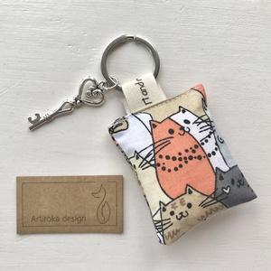Cica mintás vidám kulcstartó +  vintage kulcs - Artiroka design, Táska & Tok, Kulcstartó & Táskadísz, Kulcstartó, Varrás, Ékszerkészítés, Cica mintás vidám kulcstartó pamut textilből. A kulcstartót egy kis vintage kulcs is díszíti. \nAjánd..., Meska