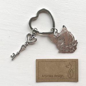 Cica mintás, egyedi kulcstartó - Artiroka design, Táska & Tok, Kulcstartó & Táskadísz, Kulcstartó, Hímzés, Ékszerkészítés, Cica mintás  fém medálból és egy különleges szív alakú  kulcskarikából készült ez az egyedi kulcstar..., Meska