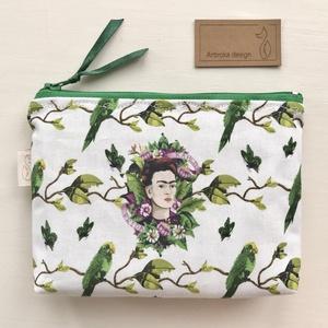 Frida Kahlo mintás irattartó pénztárca - Spanyol papagáj - Artiroka design, Táska & Tok, Pénztárca & Más tok, Pénztárca, Varrás, Frida Kahlo papagájok között mintás prémium pamut textilből készült ez az egyedi irattartó pénztárca..., Meska