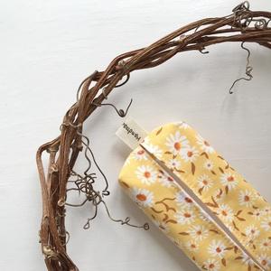 Margaréta virág mintás bélelt papírzsebkendő tartó - Artiroka design - Anyák napja, Táska & Tok, Pénztárca & Más tok, Zsebkendőtartó, Varrás, Prémium pamut textilből készült ez a margaréta virág mintás papírzsebkendő tartó. Bélése hozzá illő ..., Meska