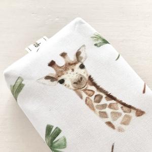 Zsiráf és ginko levél mintás, bélelt papírzsebkendő tartó  - Artiroka design, Táska & Tok, Pénztárca & Más tok, Zsebkendőtartó, Varrás, Zsiráf és ginko levél mintás papírzsebkendő tartó. Bélése hozzá illő  pamut textil. \nAjándéknak is a..., Meska