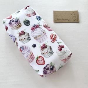 Sütemény, muffin mintás bélelt papírzsebkendő tartó - Artiroka design - Anyák napja, Táska & Tok, Pénztárca & Más tok, Zsebkendőtartó, Varrás, Prémium pamut textilből készült ez a sütemény és muffin mintás papírzsebkendő tartó. Bélése hozzá il..., Meska