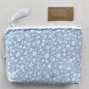 Kék fehér virágos irattartó  pénztárca  - Artiroka design, Táska & Tok, Pénztárca & Más tok, Kártyatartó & Irattartó, Varrás, Patchwork, foltvarrás, Egy nagyon szerettem selymesen puha blúz anyagából hasznosítottam újra és varrtam belőle ezt az irat..., Meska