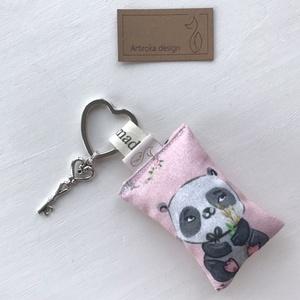 Panda maci mintás, szív alakú kulcstartón,  vintage kulcs dísszel - Artiroka design , Táska & Tok, Kulcstartó & Táskadísz, Kulcstartó, Varrás, Panda mackós egyedi kulcstartó készült pamut textilből. Egy kis  vintage kulcs is díszíti a szív ala..., Meska