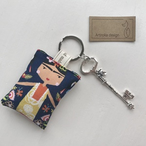 Frida Kahlo mintás egyedi kulcstartó, rózsás kulcs medállal  - Artiroka design - Meska.hu