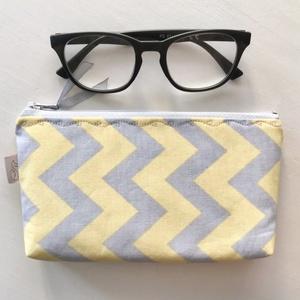 Szürke - sárga  mintás irattartó neszesszer, mobiltok, szemüvegtok - 2021 év színeiben   - Artiroka design, Táska & Tok, Neszesszer, Szürke és sárga chewron mintás pamut textilből készült ez a neszesszer, tolltartó vagy szemüvegtok. ..., Meska