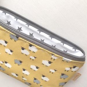 Bárány mintás melegsárga színű prémium pamut neszesszer, tolltartó, szemüvegtok vagy irattartó   - Artiroka design - Meska.hu