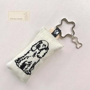 Egyedi, spániel kutya mintás hímzett kulcstartó, kis csont medállal - Artiroka design, Táska & Tok, Kulcstartó & Táskadísz, Kulcstartó, Varrás, Ékszerkészítés, Meska