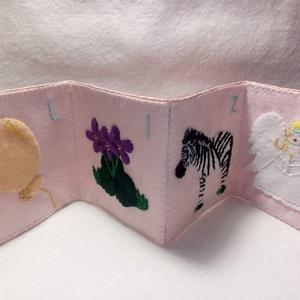 Névreszóló textilkönyv gyerekeknek, Játék & Gyerek, Textilkönyv & Babakönyv, Hímzés, Varrás, Személyre szóló, egyedi ajándék, amiben a gyermek nevének betűit jelenítik meg a könyvecske egyes ol..., Meska