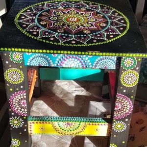 Színes mandala lakásdekoráció, Otthon & lakás, Bútor, Dekoráció, Lakberendezés, Festett tárgyak, Fekete alapon színes akrilfesték felhasználásával pontmandala technikával készítettem ezt a hokedlit..., Meska