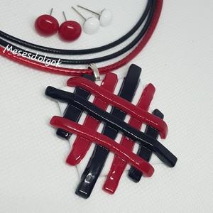 Piros fekete rácsos üvegékszer medál 2pár fülbevalóval, Ékszer, Ékszerszett, Ékszerkészítés, Üvegművészet, Fusing technikával készítettem fehér alapra fekete és piros üvegből rácsos mintával.\nHozzá színekben..., Meska