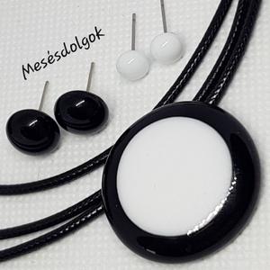 Fekete fehér kör üvegékszer medál 2 pár fülbevalóval, Ékszer, Ékszerszett, Fusing technikával készítettem az örökké divatos fekete fehér kombinációjával.  2 pár bedugós fülbev..., Meska