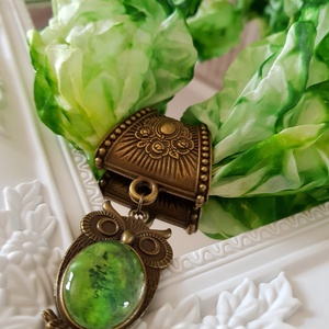 Zöld márványos selyemsál bagoly üveglencsés medállal, Ékszer, Nyaklánc, A selyemfestés és az üveglencsés ékszerkészítés együttes alkalmazásával álmodtam meg és készítettem ..., Meska