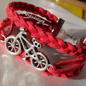 Biciklis piros vagány karkötő, Ékszer, Karkötő, Fonott karkötő, Ékszerkészítés, Mélypiros hasított bőrből készítettem bicikli köztessel díszítve.\nDelfinkapoccsal záródik.\nIgény ese..., Meska