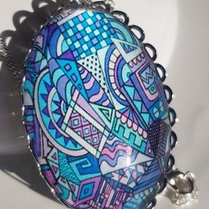 Lila kék rózsaszín non figuratív üveglencsés medáĺ., Ékszer, Nyaklánc, Medálos nyaklánc, Ékszerkészítés, Üvegművészet, Üveglencsés ékszerkészítés technikájával készítettem. Lila, kék, rózsaszín non figuratív minta  dísz..., Meska