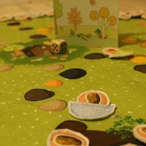 Zöldségszüret társasjáték, Gyerek & játék, Játék, Készségfejlesztő játék, Társasjáték, Varrás, Szőnyegre rakható, óriási textiltársas.\nMit terem a kertben? Mit főzzünk ma? Zöldséggyűjtögetős, sző..., Meska