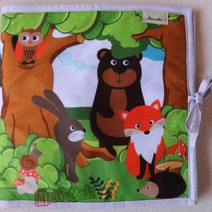 Erdő mélyén-textilkönyv, Gyerek & játék, Játék, Játékfigura, Készségfejlesztő játék, Varrás, Fotó, grafika, rajz, illusztráció, \nPuha kinyitható textilkönyv. Bokrok, odú, fészek..ezek mögé rakhatóak az állatkák, a csiga tépőzára..., Meska