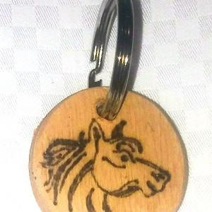 Fa gravírozott kulcstartó ló mintával, Táska & Tok, Kulcstartó & Táskadísz, Kulcstartó, Gravírozás, pirográfia, Fa gravírozott kulcstartó egyedi mintákkal. \nBármilyen elképzelés megvalósítható!\nMinden alkalomra t..., Meska