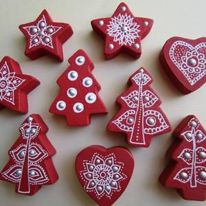 Karácsonyi csomag - bordó fenyőfa, szivecske, csillag dísz , Karácsony, Ünnepi dekoráció, Dekoráció, Otthon & lakás, Karácsonyi dekoráció, Ajándékkísérő, Festett tárgyak, 9 darabos karácsonyi díszcsomag\nAnyaga: fa (a fa megmunkálás nem saját kézzel történt)\nFelhasznált a..., Meska