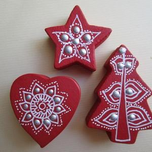 Karácsonyi csomag - bordó fenyőfa, szivecske, csillag dísz , Dekoráció, Otthon & lakás, Ünnepi dekoráció, Karácsony, Karácsonyi dekoráció, Ajándékkísérő, Festett tárgyak, 3 darabból álló karácsonyi díszcsomag\nAnyaga: fa (a fa megmunkálás nem saját kézzel történt)\nFelhasz..., Meska