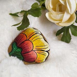 Színes virág kavicsra festve, Művészet, Más művészeti ág, Festett tárgyak, 5 x 5,5 cm méretű kavicsra festett fehér, citromsárga, narancssárga és piros színátmenetes virág kré..., Meska