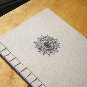 Japán kötésű füzet mandala mintával, Otthon & Lakás, Papír írószer, Jegyzetfüzet & Napló, Fotó, grafika, rajz, illusztráció, Könyvkötés, Kézzel kötött és rajzolt japán kötésű füzet saját tervezésű mandala mintával.\n\nA füzetet natúr bézs ..., Meska