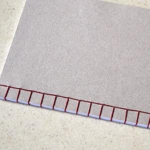 Kézzel fűzött japán kötésű füzet , Otthon & Lakás, Papír írószer, Jegyzetfüzet & Napló, Fotó, grafika, rajz, illusztráció, Könyvkötés, Kézzel fűzött natúr színvilágú japán kötésű füzet.\n\nA füzetet natúr színű borítóval és piros cérnáva..., Meska