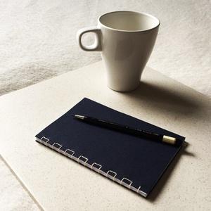 Kézzel fűzött mélykék japán kötésű notesz, Otthon & Lakás, Papír írószer, Jegyzetfüzet & Napló, Fotó, grafika, rajz, illusztráció, Könyvkötés, Kézzel fűzött mélykék japán kötésű notesz.\n\nA noteszt mélykék színű borítóval és elefántcsont színű ..., Meska