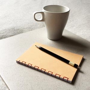 Kézzel fűzött barack színű japán kötésű notesz, Otthon & Lakás, Papír írószer, Jegyzetfüzet & Napló, Fotó, grafika, rajz, illusztráció, Könyvkötés, Kézzel fűzött világos barack színű japán kötésű notesz.\n\nA noteszt mélykék színű borítóval és elefán..., Meska