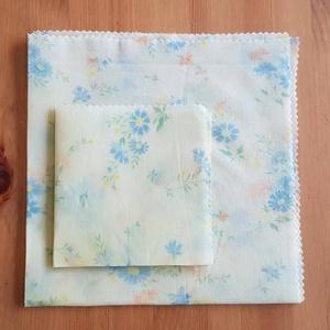 """Méhviaszos kendő: újratextil csomagoló szett - Kék virágos \""""L\"""", Szendvics csomagoló, Uzsonna- & Ebéd tartó, Táska & Tok, Mindenmás, Újrahasznosított alapanyagból készült termékek, Újrahasznosított textilből készítettem ezt a nagyobb méretű méhviaszos kendő csomagoló szettet. \nEze..., Meska"""