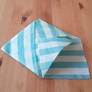 Méhviaszos kendő: újratextil csomagoló - Kék csíkos, Szendvics csomagoló, Uzsonna- & Ebéd tartó, Táska & Tok, Mindenmás, Újrahasznosított alapanyagból készült termékek, Újrahasznosított textilből készítettem ezt a méhviaszos csomagoló kendőt. \nEzzel változatosan ki leh..., Meska