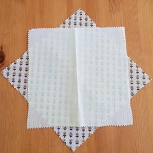 Méhviaszos kendő:  újratextil csomagoló szett - barna virágos - fehér, Szendvics csomagoló, Uzsonna- & Ebéd tartó, Táska & Tok, Mindenmás, Újrahasznosított alapanyagból készült termékek, Újrahasznosított textilből készítettem ezt kisebb méretű méhviaszos csomagoló szettet. \nEzekkel vált..., Meska