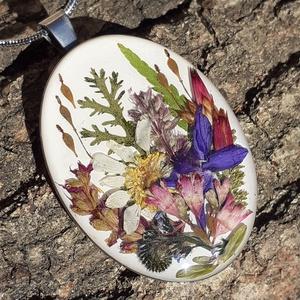 Tavaszi rét, Ékszer, Nyaklánc, Medálos nyaklánc, Ékszerkészítés, Színek, virágok, vidámság, természet! Rengeteg virág fér ebbe a nagy, 4x3 cm nagyságú ovális nemesac..., Meska