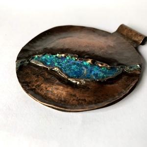Női ékszer Egyedi tervezésű kézzel készített rusztikus cizellált, patinázott medál. , Ékszer, Medál, Ötvös, Ékszerkészítés, Ez a kör alakú vörösréz medál egy új kollekció második darabja. Az elképzelésem szerint a kék csillá..., Meska