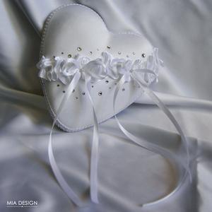 Esküvőre egyedi kézműves gyűrűpárna hófehér színekben, Esküvő, Esküvői dekoráció, Gyűrűpárna, Nászajándék, Virágkötés, Varrás, Hófehérben képzelted el a nagy nap gyűrűpárnáját? Ne kattints tovább!\nA PÁRNÁRA A NEVETEKKEL, ÉS A L..., Meska