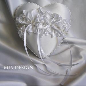 Esküvőre egyedi kézműves gyűrűpárna hófehér színekben, Esküvő, Esküvői dekoráció, Gyűrűpárna, Nászajándék, Virágkötés, Varrás, Hófehérben képzelted el a nagy nap gyűrűpárnáját? Ne kattints tovább!\n\nMiért ne lehetne a nagy egyik..., Meska