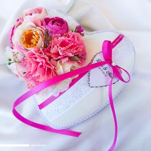 Rózsaszín-szegfűs fehér gyűrűpárna, kézzel hímzett hófehér szalaggal, Esküvő, Esküvői dekoráció, Gyűrűpárna, Nászajándék, Varrás, Virágkötés, Egyedi kézműves gyűrűpárna hófehér selyem alapon, kézzel hímzett virágmintás szalaggal.\n! A szívecsk..., Meska