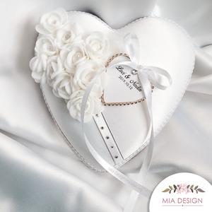 Hófehér esküvői gyűrűpárna, Esküvő, Kiegészítők, Gyűrűtartó & Gyűrűpárna, Virágkötés, Varrás, Egyedi kézműves  fehér gyűrűpárna hófehér selyem alapon, 2 cm fej átmérőjű habrózsákkal, szatén szal..., Meska