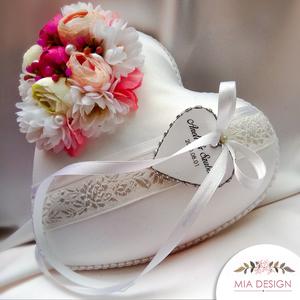 Romantikus selyemvirágokkal díszített gyűrűpárna esküvőre , Gyűrűtartó & Gyűrűpárna, Kiegészítők, Esküvő, Virágkötés, Varrás, A PÁRNÁRA A NEVETEKKEL, ÉS A LAGZI DÁTUMÁVAL ELLÁTOTT SZÍVECSKE IS KERÜL!\nMegrendeléskor megjegyzésb..., Meska