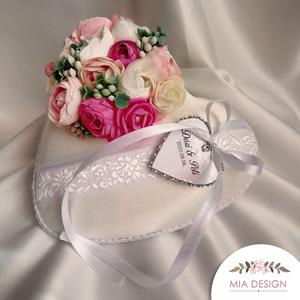 Ekrü selyem alapú virágos gyűrűpárna, Esküvő, Esküvői dekoráció, Gyűrűpárna, Nászajándék, Varrás, Virágkötés, Egyedi kézműves gyűrűpárna ekrü selyem alapon, matyóhímzéses virágmintás szalaggal. \nA szívecske-az ..., Meska