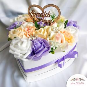 Szív alakú  egyedi szülőköszöntő box művirág elemekkel, Doboz, Emlék & Ajándék, Esküvő, Virágkötés, Papírművészet, Egyedi szív alakú szülőköszöntő box, tavaszias színösszeállítású virágokkal, és lila szatén szalagga..., Meska