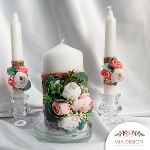 Egyedi esküvői gyertyaszett zsákvászonnal és művirágokkal, Esküvő, Esküvői dekoráció, Nászajándék, Otthon & lakás, Lakberendezés, Gyertya, mécses, gyertyatartó, Virágkötés, Gyertya-, mécseskészítés, A gyertyaszett méretei:\n2 db szálas gyertya: 24 cm magas, talpánál 2 cm széles.\n1 db tömb gyertya: m..., Meska