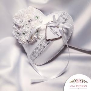 Ezüst-fehér gyűrűpárna, kézzel hímzett hófehér szalaggal, Gyűrűtartó & Gyűrűpárna, Kiegészítők, Esküvő, Varrás, Virágkötés, Egyedi kézműves gyűrűpárna hófehér selyem alapon, kézzel hímzett virágmintás szalaggal.\nMEGRENDELÉSK..., Meska